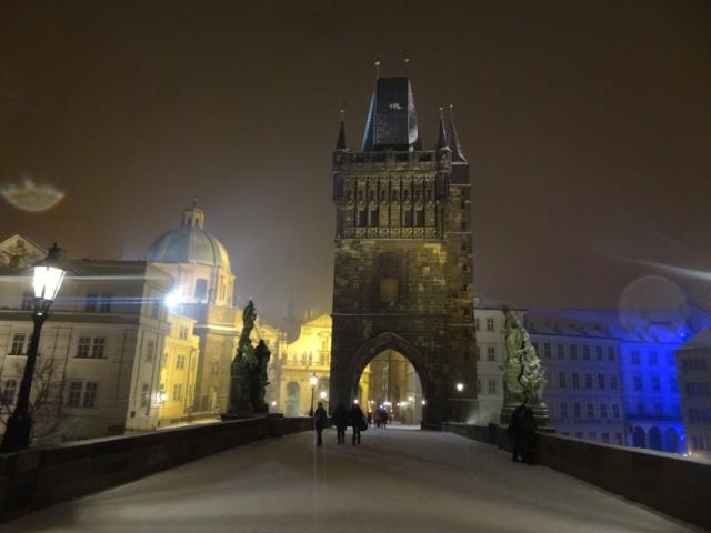 Karlův most y su aureola mágica en la noche